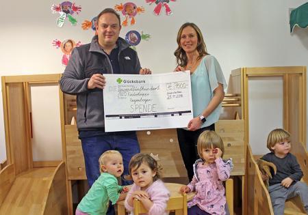 Spendenübergabe an die AWO-Kinderkrippe Regenbogen und an die Kinderkrebshilfe